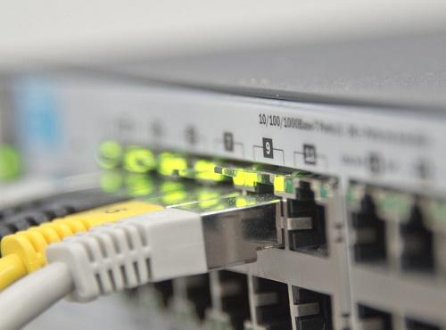 Подключение кабелей Ethernet в порты на коммутаторе